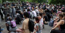 Por que as pessoas se ajoelham durante os protestos contra racismo policial nos EUA?